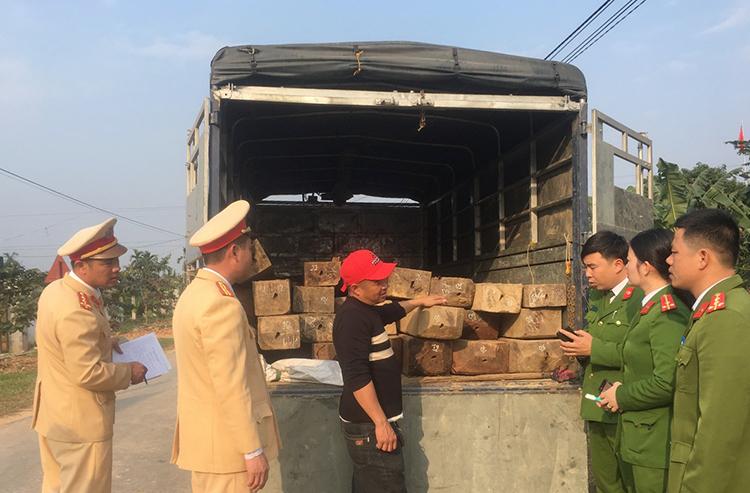 Truy đuổi xe tải chở gỗ lậu - ảnh 1