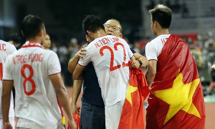 HLV Park Hang-seo ôm Tiến Linh sau khi giành HC vàng bóng đá nam SEA Games 30. Ảnh: Lâm Đồng.