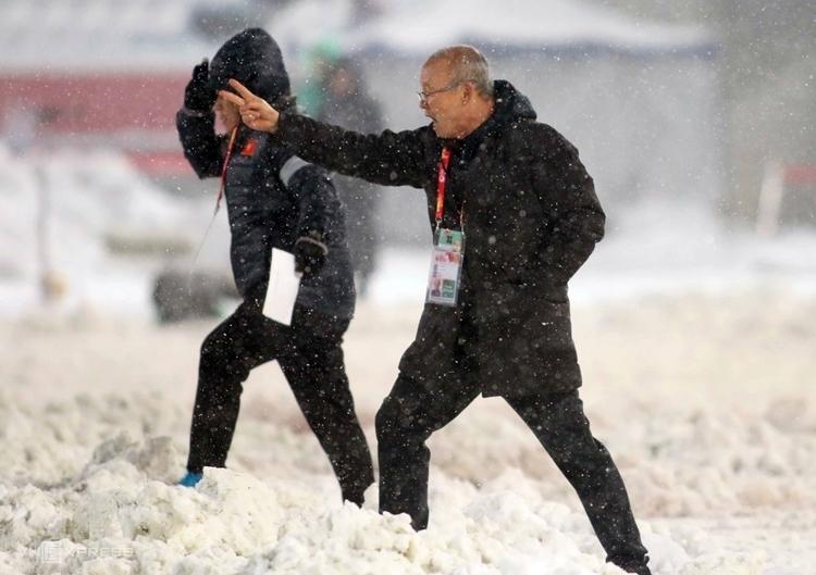 HLV Park Hang-seo đi giữa trời tuyết Thường Châu hồi tham dự vòng chung kết U23 châu Á 2018. Ảnh: Anh Khoa.