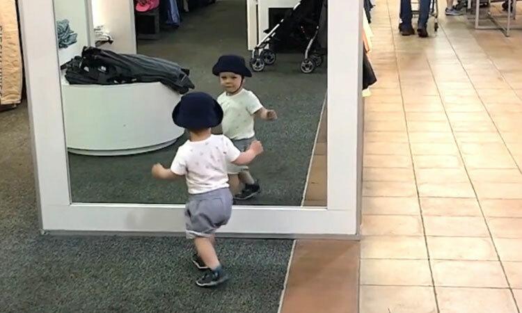 Cậu bé tìm bản sao của mình trong gương -
