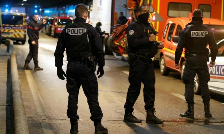 Bắn chết kẻ mang dao doạ giết cảnh sát Paris - ảnh 1