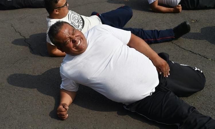 Một sĩ quan của lực lượng cảnh sát thủ đô Mexico tham gia buổi tập luyện tại đơn vị hôm 11/12. Ảnh: AFP.