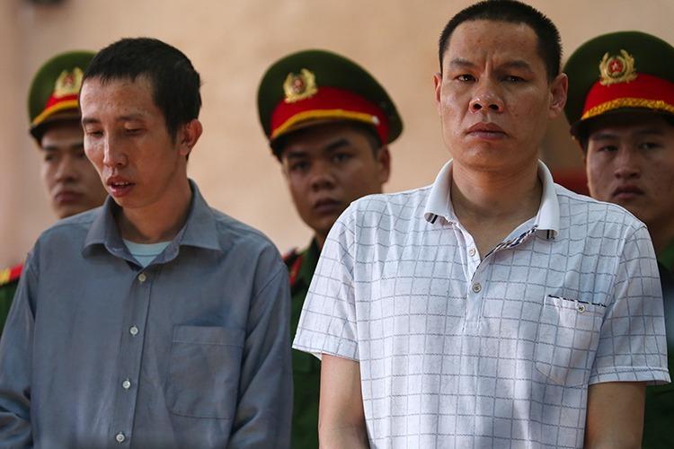 Bùi Văn Công (trái) và Vì Văn Toán tại phiên toà ngày 27/11. Ảnh: Phạm Dự.