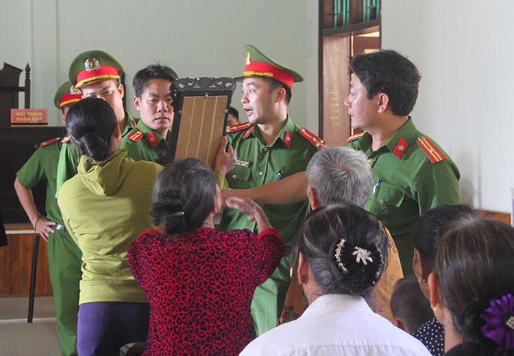 Người nhà bị hại bức xúc, vây lấy cảnh sát tư pháp trong một phiên tòa phúc thẩm ở TAND tỉnh Hà Tĩnh năm 2018. Ảnh: Đức Hùng