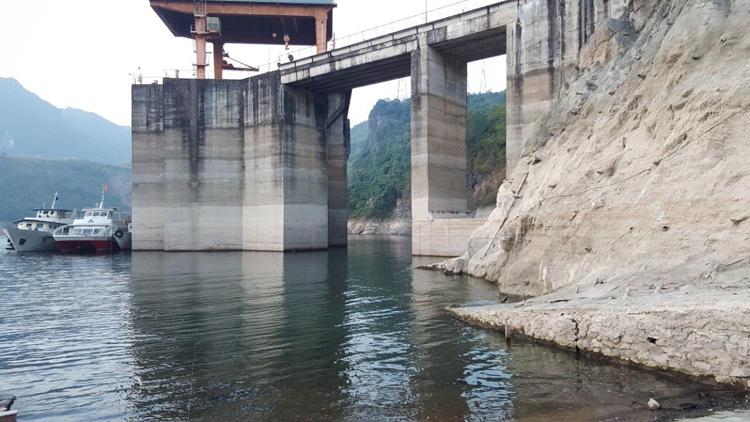 Cửa nhận nước vào các tuabin của thủy điện Hòa Bình ngày 16/12. Ảnh: Đ.T