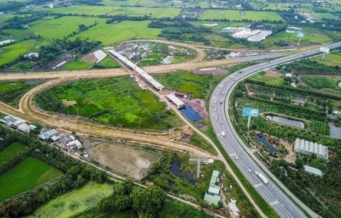 Cao tốc Trung Lương - Mỹ Thuận xây dựng 10 năm chưa xong. Ảnh: Quỳnh Trần.