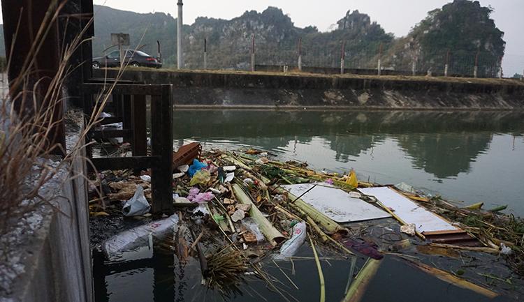 Ở khu vực miệng cống trên dòng kênh Bắc gần cửa lấy nướcvào nhà máy Mật Sơn, rác thải mắc kẹt nổi lều bều. Ảnh: Lê Hoàng.