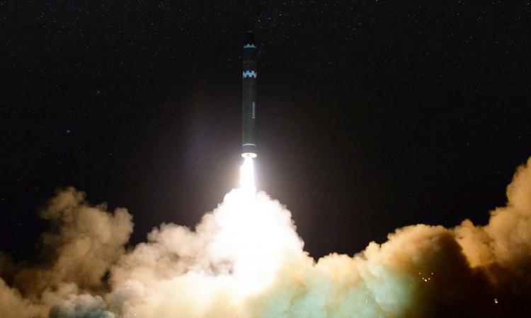 Tên lửa Hwasong-15 rời bệ phóng ngày 29/11/2017. Ảnh: KCNA.