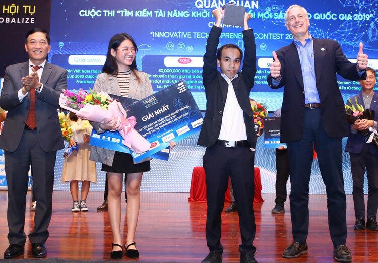 Lê Hoàng Anh (thứ hai từ phải qua) nhận giải nhất cuộc thi vừa tổ chức ngày 6/12 tại Quảng Ninh. Ảnh: Văn Quyết.