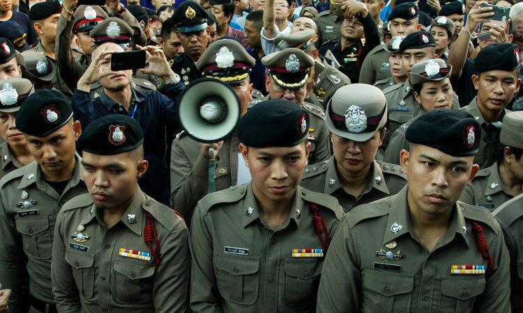 Cảnh sát Thái Lan kiểm soát đám đông biểu tình ở Bangkok hôm 14/12. Ảnh: CalebQuinley/Twitter.