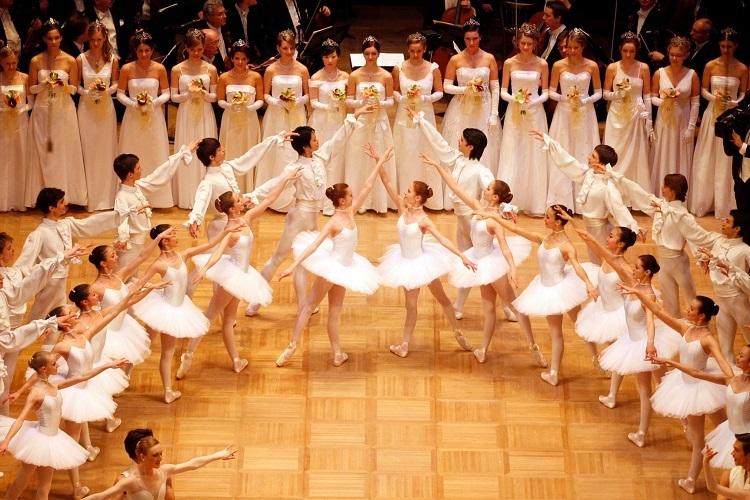 Các vũ công của học viện biểu diễn màn mở đầu của chương trình Opera Ball thường niên hồi năm 2011. Ảnh: AP.