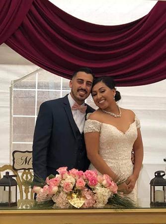 Chú rể Joe Melgoza và cô dâu Esther Bustamante. Ảnh: Esther Bustamante/Facebook