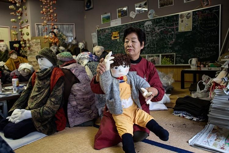 Ayano bên cạnh những con búp bê do chính tay bà làm. Ảnh: NYTimes.