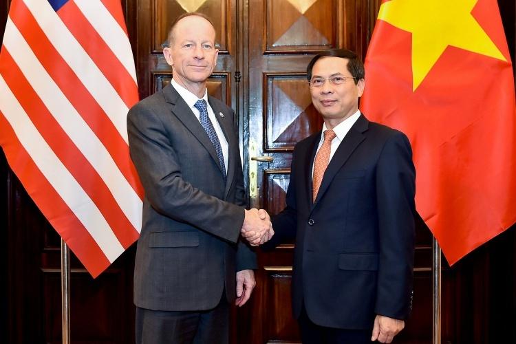 Thứ trưởng Ngoại giao Việt Nam Bùi Thanh Sơn, phải, đón Trợ lý Ngoại trưởng Mỹ Stilwell tại Hà Nội hôm nay. Ảnh: BNGVN.