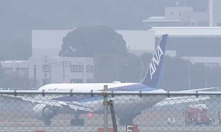 Chiếc máy bay Boeing 767 của hãng hàng không All Nippon Airways hạ cánh khẩn cấp xuống sân bay Fukuoka, Nhật Bản, sáng nay. Ảnh: NHK.