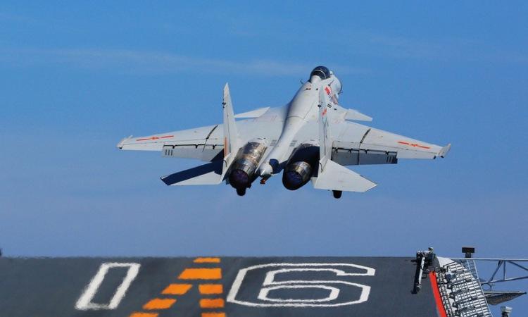 Một chiếc J-15 cất cánh từ tàu sân bay Liêu Ninh. Ảnh: 81.cn.