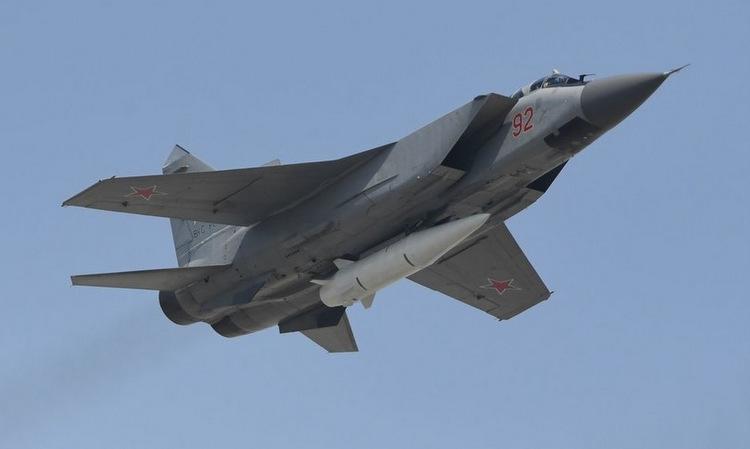Tiêm kích MiG-31K mang tên lửa Kinzhal hồi năm 2018. Ảnh: Sputnik.