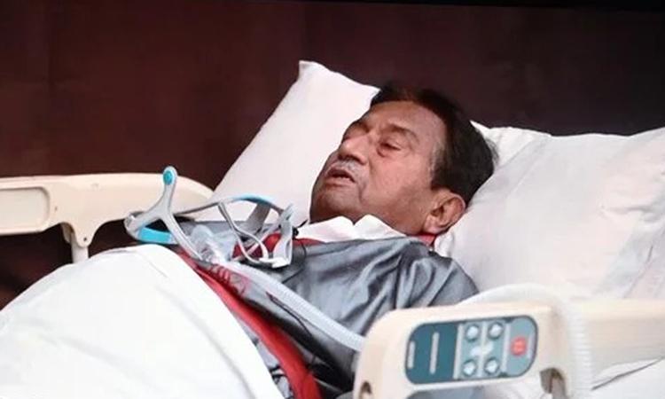 Cựu tổng thống Pakistan Pervez Musharraf nằm trên giường bệnh trong video do trợ lý công bố hôm 18/12. Ảnh: AFP.