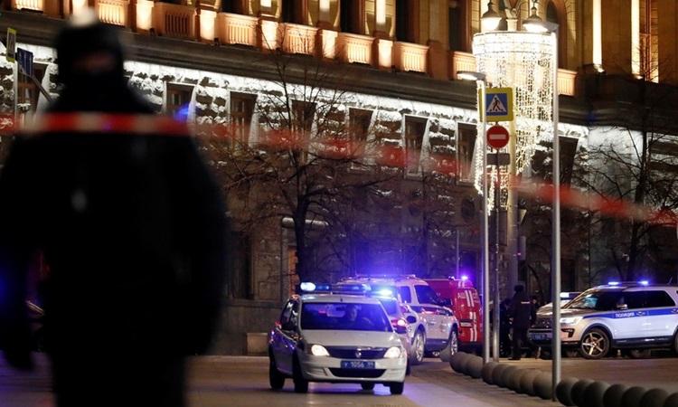 Xe cảnh sát phong tỏa một con đường gần tòa nhà FSB ở Moskva sau vụ nổ súng. Ảnh: Reuters.