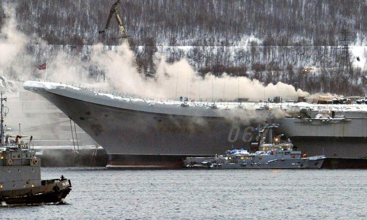 Khói bốc lên từ tàu Đô đốc Kuznetsov trong vụ cháy hôm 12/12. Ảnh: TASS.