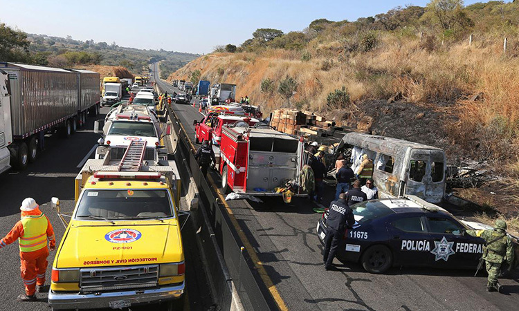 Hiện trường vụ tai nạn trên cao tốc ở bang Jalisco, Mexico ngày 18/12. Ảnh: Reuters.