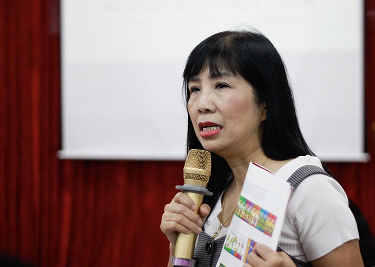 Bà Đinh Thị Kim Thoa chia sẻ về chương trình và sách Hoạt động trải nghiệm. Ảnh: Dương Tâm