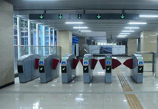 Các thiết bị quầy vé, cổng ra vào tại các nhà ga đã hoàn thiện. Ảnh: Giang Huy.