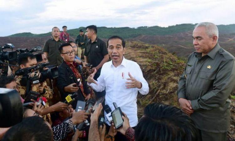Tổng thống Indonesia Joko Widodo phát biểu với báo giới trong chuyến thị sát tại tỉnh Đông Kalimantan, đảo Borneo hôm 17/12. Ảnh: EPA-EFE.