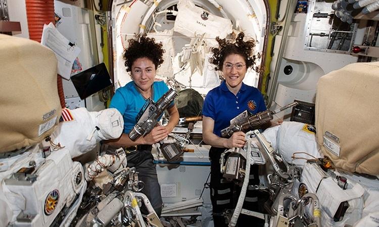 Phi hành gia Jessica Meir (trái) và Christina Koch. Ảnh: ABC.