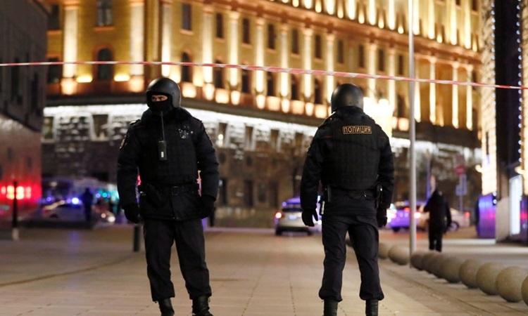 Lực lượng an ninh phong tỏa một con đường gần trụ sở FSB ở Moskva sau vụ nổ súng. Ảnh: Reuters.