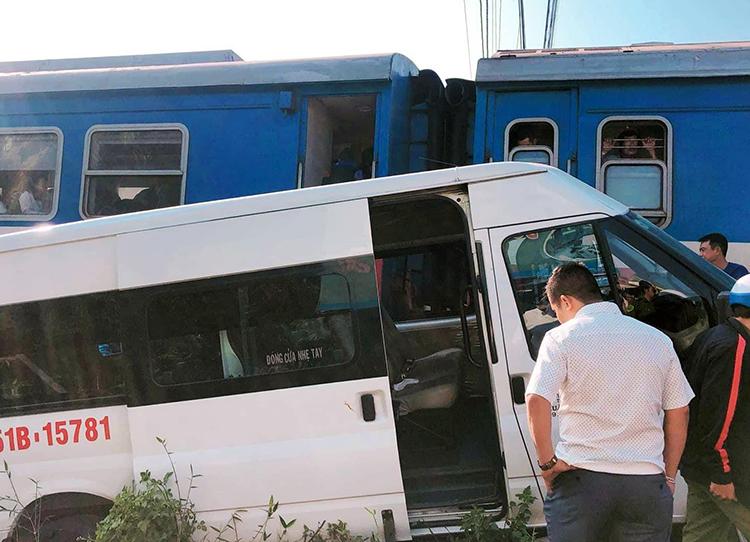 Ôtô bị hư hỏng nặng sau vụ tai nạn. Ảnh: Thái Hà