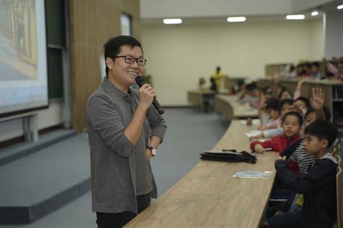 Tiến sĩ Nguyễn Chí Hiếu trực tiếp giảng dạy cho các bạn học sinh tham gia G.E.M Contest 2019.