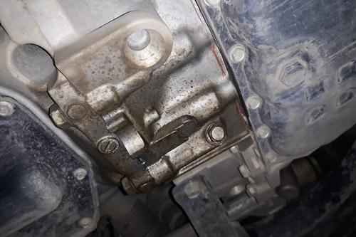 Vết dầu loang dưới gầm xe Nissan. Ảnh: Minh Hy