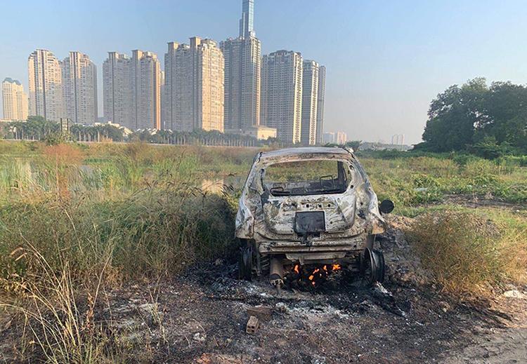 Chiếc xe bị đốt cháy rụi. Ảnh: Xuân Chung.