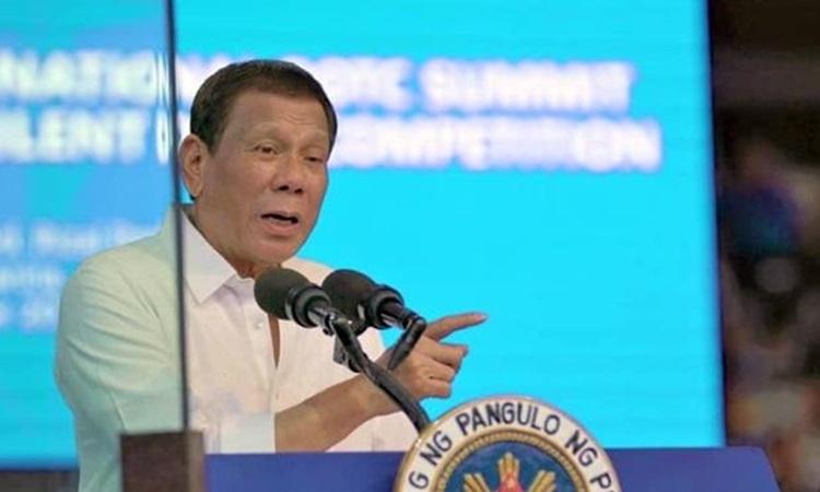 Tổng thống Philippines Duterte phát biểu sau kính chống đạn trong sự kiện ở Manila hôm 20/12. Ảnh: Inquirer.