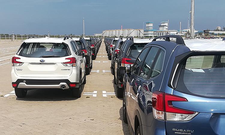 Một lô xe Subaru nhập khẩu Thái Lan tại cảng Sài Gòn. Ảnh: Phạm Trung