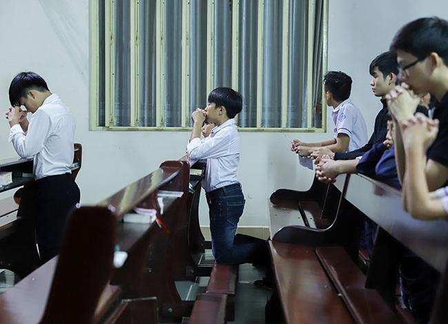 Trước khi bước lên toà giải tội, giáo dân quỳ gối xét mình về những tội đã phạm. Ảnh: Nguyễn Đông.