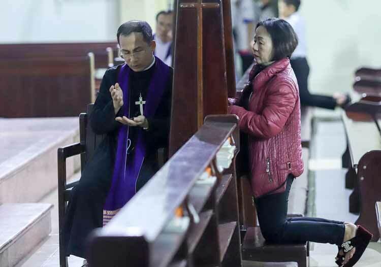 Giáo dân đến tòaxưng tội với linh mục để chuẩn bị tâm hồn trong sạch trước đại lễ Giáng sinh. Ảnh: Nguyễn Đông.