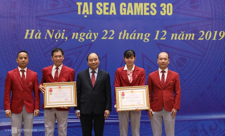 Thủ tướng Nguyễn Xuân Phúc trao Huân chương lao động hạng nhất cho đoàn thể thao Việt Nam và vận động viên Nguyễn Thị Ánh Viên. Ảnh: Ngọc Thành
