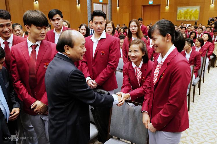 Thủ tướng Nguyễn Xuân Phúc bắt tay hỏi thăm các vận động viên. Ảnh: Ngọc Thành
