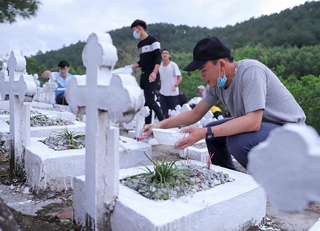 Các đệ tử viện Dòng Thánh Tâm quét sơn cho mộ phần các thai nhi mồ côi. Ảnh: Nguyễn Đông.