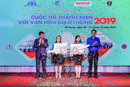 3. Đại diện Honda Việt Nam và TƯ Hội LHTN Việt Nam trao giải nhất cho hai thí sinh xuất sắc nhất