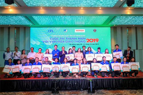 4. Các thí sinh chụp ảnh lưu niệm cùng ban tổ chức Cuộc thi Thanh niên với VHGT 2019