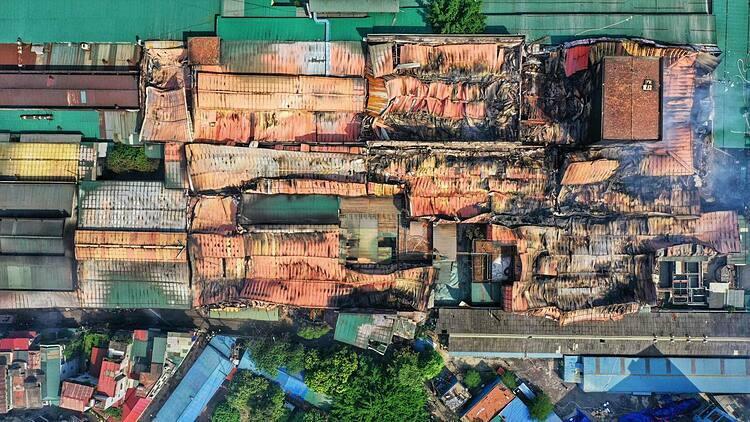 Khoảng 6.000 m2 nhà kho Rạng Đông đổ sập sau vụ cháy. Nhà kho nằm giữa khu dân cư đông đúc của quận Thanh Xuân. Ảnh: Giang Huy.