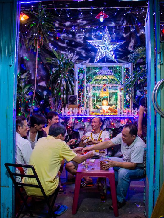 Sắc màu Giáng sinh trong những con hẻm Sài Gòn