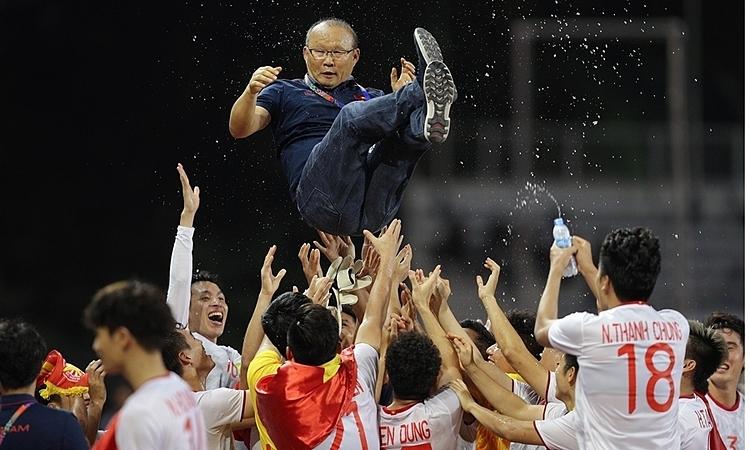 Các cầu thủViệt Nam công kênh HLV Park Hang-seo trong lễ nhận huy chương vàng tại SEA Games 30. Ảnh: Giang Huy.