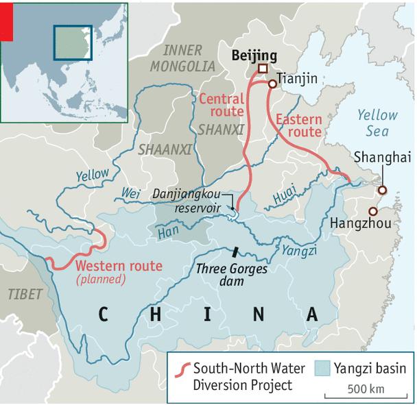 Hai kênh đào trung tâm và phía đông trong dự án chuyển nước Nam - Bắc nối từ sông Dương Tử lên miền bắc, trong khi kênh phía tây đang bị trì hoãn. Đồ họa: Economist.