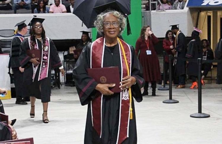 Bà Dozella Washinton trong buổi lễ tốt nghiệp, ngày 6/12. Ảnh: Alabama A&M University