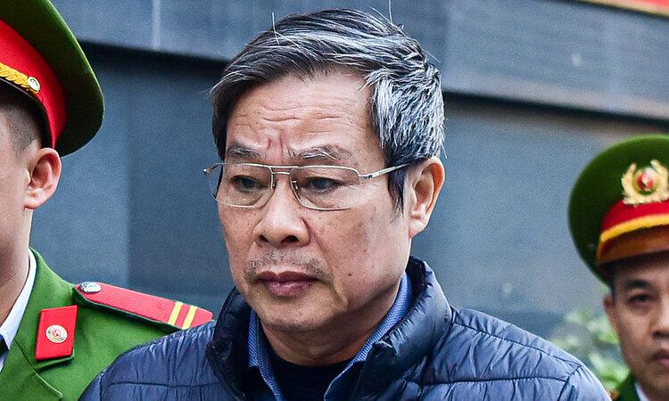 Cựu Bộ trưởng Nguyễn Bắc Son bị dẫn giải đến toà án hôm 16/12. Ảnh: Giang Huy.
