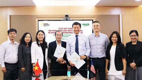 Đại diện Tập đoàn giáo dục Nguyễn Hoàng và National Geographic Learning (Mỹ) chụp ảnh lưu niệm trong lễ ký kết biên bản ghi nhớ hợp tác.